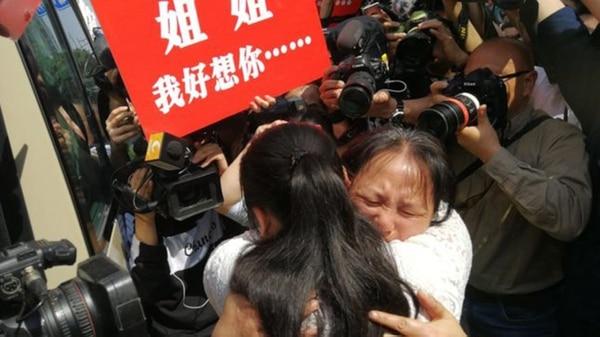 El abrazo entre Qifeng su madre