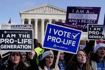 Manifestantes en contra del aborto, en una protesta frente a la Corte Suprema, en Washington (Reuters)