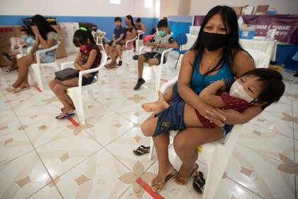 Indígenas de la etnia marubo esperan asistencia este sábado en Atalia do Norte (Brasil). EFE/Joédson Alves