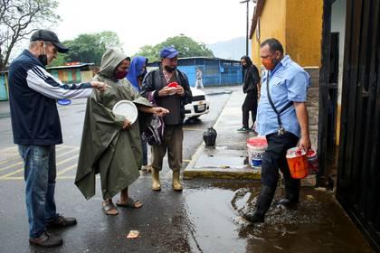 Personas esperan a las afueras de un matadero en Venezuela para que les regalen sangre de res para comer