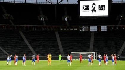 Los jugadores del Hertha BSC y el 1. FC Union Berlin hicieron un minuto de silencio en memoria de las víctimas fatales del coronavirus (REUTERS)