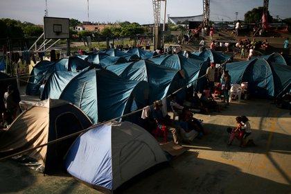 Migrantes venezolanos en el interior de un coliseo en Arauquita, Colombia, donde se instaló un campamento temporal (Reuters)