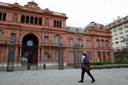FOTO DE ARCHIVO: Una mujer usando una máscara debido a la pandemia de coronavirus (COVID-19) camina frente al Palacio Presidencial argentino Casa Rosada, en Buenos Aires, Argentina 21 mayo, 2020. REUTERS/Agustin Marcarian