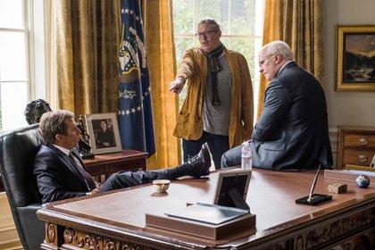 Los actores Sam Rockwell (Bush Jr) y Christian Bale (Cheney) dialogan con el director Adam McKay(Matt Kennedy / Annapurna Pictures 2018)