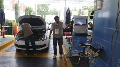 CIUDAD DE MÉXICO, 01JULIO2016.- El día de hoy entró en vigor la nueva Norma Emergente de Verificación Vehicular donde medirán los gases contaminantes con el nuevo sistema OBDII que evalúa el funcionamiento del convertidor catalítico, dicho sistema deberán cumplir los automóviles de la Megalópolis.FOTO: SAÚL LÓPEZ /CUARTOSCURO.COM