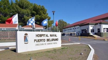 """En el Hospital Naval Puerto Belgrano, a cargo del Capitán de Fragata médico Roberto Jorge Ibañez, ya se utilizan los tres prototipos de """"camillas burbuja""""."""