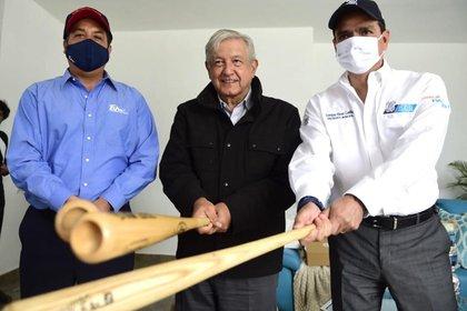 López Obrador recibió un bat y una franela del equipo de los Tecolotes de los Dos Laredos (Foto: Cortesía Presidencia)