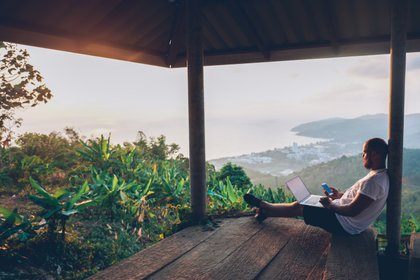 El 48% de los viajeros argentinos ya consideró reservar un lugar para hospedarse que les permita trabajar a la distancia y para un 65% no sería problema alargar un viaje de trabajo para poder disfrutar de tiempo libre en el destino (Shutterstock)