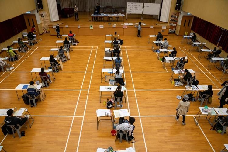 Estudiantes asisten a los exámenes del Diploma de Educación Secundaria (DSE), luego del brote de coronavirus en Hong Kong (Reuters)