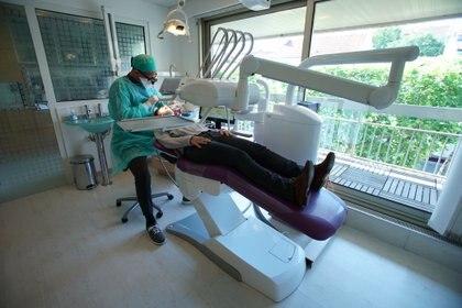 La enfermedad dental debilita las células de las encías, lo que, sugieren los expertos, permite que las bacterias de la boca, que son mucho más grandes que los virus, ingresen al sistema circulatorio (REUTERS)