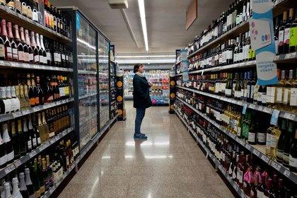 FOTO DE ARCHIVO: Una mujer compra un vino tinto en un supermercado en Barcelona, Cataluña, España. 21 de febrero de 2019 (REUTERS/Ana María Arévalo Gosen)