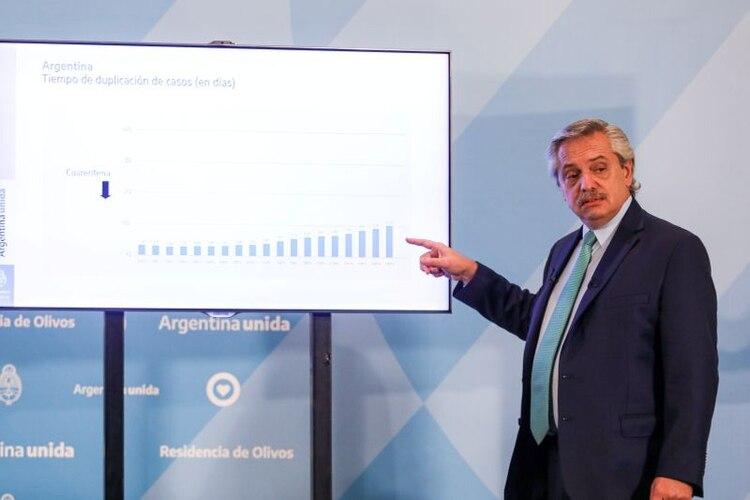 El presidente de Argentina, Alberto Fernández, señala un gráfico durante una conferencia de prensa para anunciar una extensión de medidas para controlar la propagación de la enfermedad por coronavirus (COVID-19), en Buenos Aires, Argentina. 10 de abril de 2020.