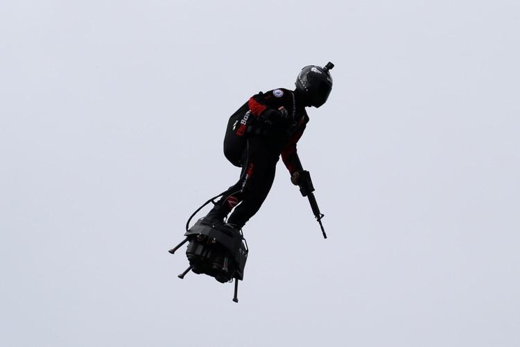 """El """"flyboard"""" pilotado por Franky Zapata, presidente de la empresa que promueve el concepto (REUTERS/Pascal Rossignol)"""