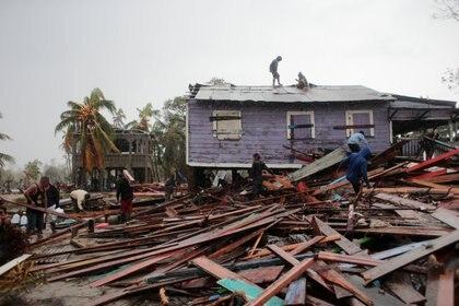 El paso del huracán destruyó casa y vehículos (REUTERS/Oswaldo Rivas)