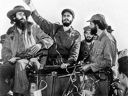 Fidel Castro flanqueado por Camilo Cienfuegos y por Huber Matos. El primero murió en un sospechoso accidente de aviación, el segundo pasó 20 años en prisión