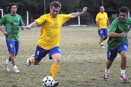 Macri jugando uno de sus deportes favoritos en 2011.