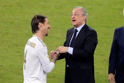 El capitán del Real Madrid, Sergio Ramos y el presidente Florentino Pérez (EFE)