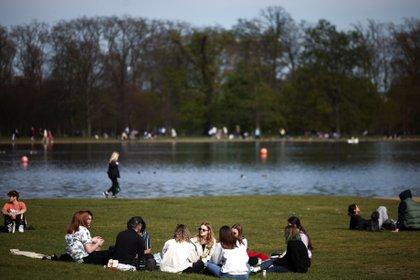 Gente en Hyde Park a medida que disminuyen las restricciones contra el coronavirus. Londres, Gran Bretaña, el 18 de abril de 2021. REUTERS / Henry Nicholls