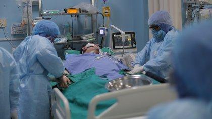 """La advertencia de los infectólogos ante el récord de muertos por COVID-19 en Argentina: """"Hay que tomar conciencia porque se puede poner peor"""""""