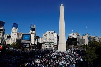 Minutos después de las 16 horas el Obelisco porteño comenzó a llenarse de personas. Algunas se manifestaron a pie, otras desde sus autos (Reuters)