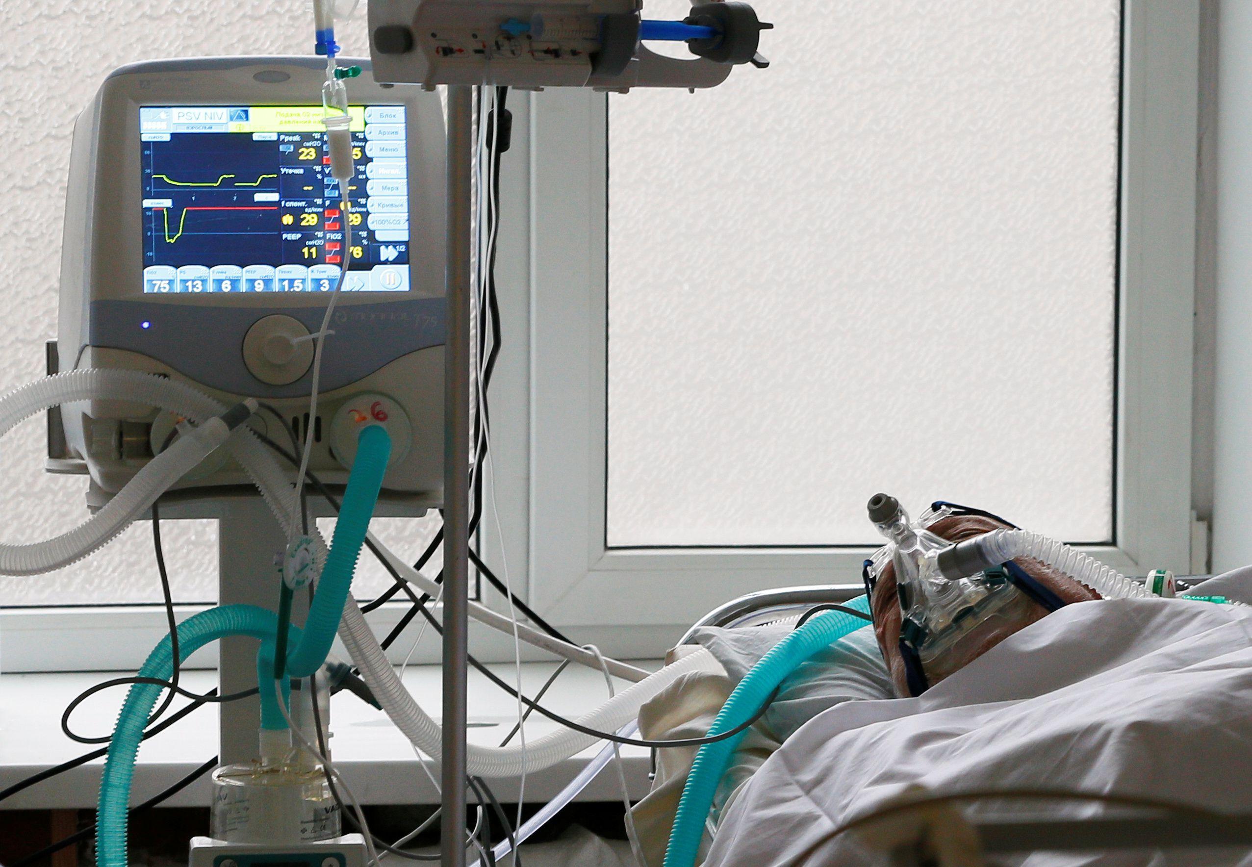 Un paciente internado en terapia intensiva evoluciona bien mientras es tratado con respirador y terapias en el hospital central de Kiev, en Ucrania - REUTERS/Gleb Garanich