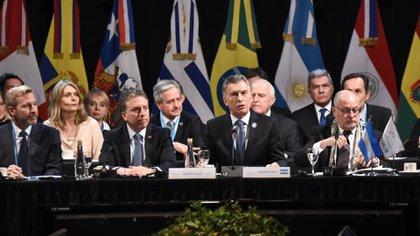 Mauricio Macri y el ministro Dujovne, en la cumbre del Mercosur de Santa Fe del mes pasado (EFE)