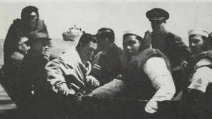 Perón en  la lancha que lo llevaría a la cañonera Paraguay (En Historia del Peronismo, de Hugo Gambini)