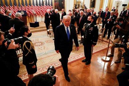 El Presidente de los Estados Unidos Donald Trump parte después de pronunciar unas palabras en honor a los veteranos de Bahía de Cochinos en la Sala Este de la Casa Blanca en Washington el 23 de septiembre de 2020 (REUTERS/Tom Brenner)