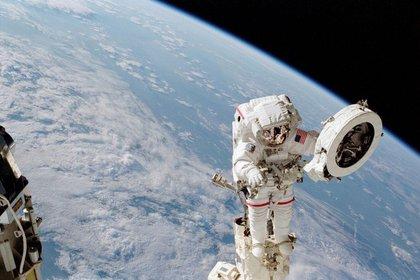 Franklin Chang Díaz trabaja en el espacio en 2002 (Foto: NASA)