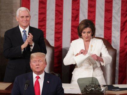 Nancy Pelosi, líder demócrata en la Cámara Baja, rompe el discurso de Donald Trump, muestra de la profunda polarización en Washington (Reuters)