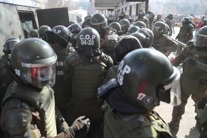 Forcejeos en plena detención (REUTERS/Ivan Alvarado)