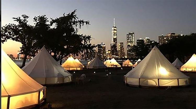 Algunas ciudades del mundo incluso arman campamentos de glamping temporales en parques.