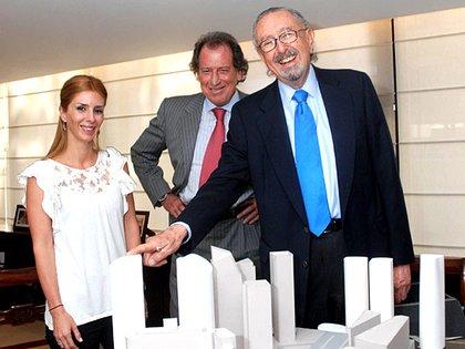 Jorge Brito junto a su hija Milagros y el arquitecto César Pelli frente al proyecto de la Torre Macro, que hoy está ubicada en Avenida Madero 1180 y fue construída entre 2012 y 2016