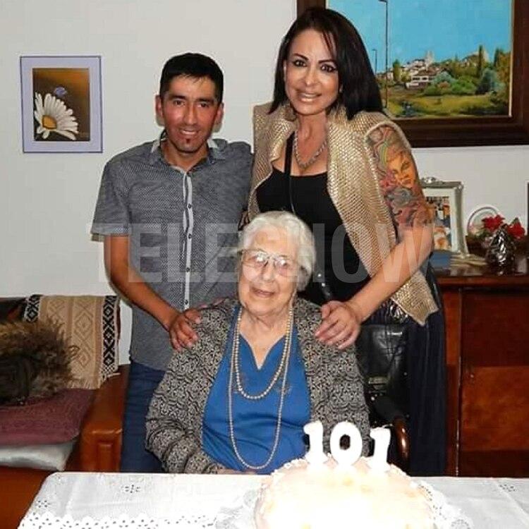 """En 2017, Daniela viajó a Carmen de Patagones a festejar los 101 años de su abuela Nelly. En la imagen, posaron junto al fotógrafo y amigo de la familia al que apodan """"Hormiguita"""""""