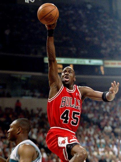 Una postal en el aire de Michael Jordan (REUTERS/Gary Hershorn)
