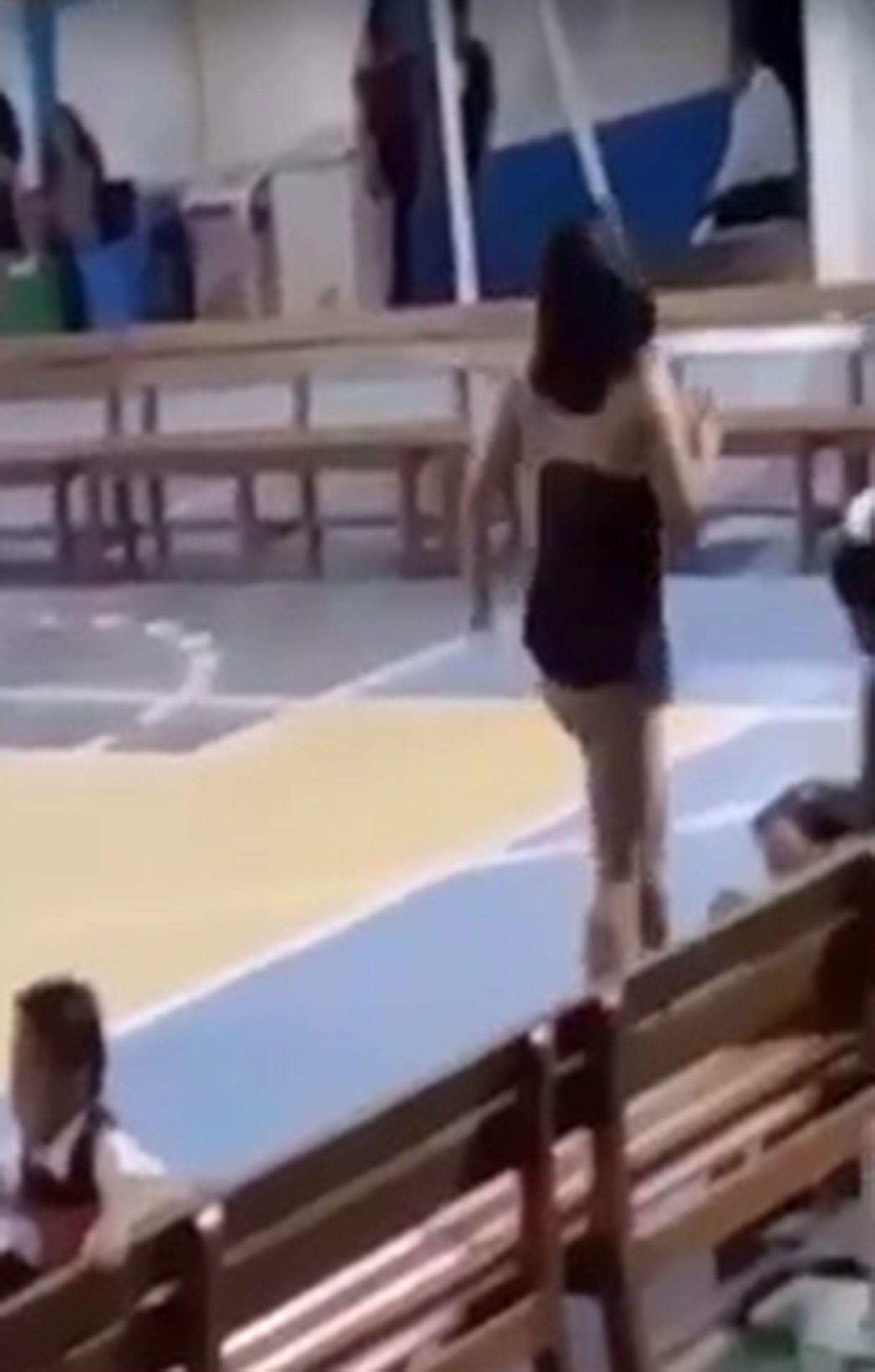 La mujer no dudó en acercarse a los niños durante la presentación.