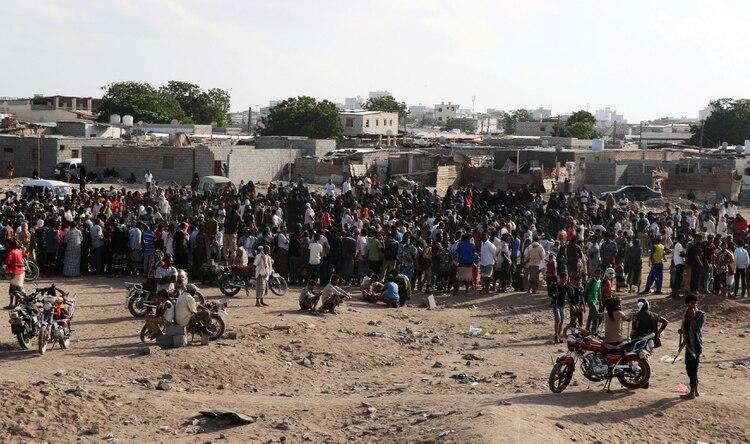 Muchos de los asistentes a la ejecución siguieron el acto con celulares para registrar los detalles (Reuters)