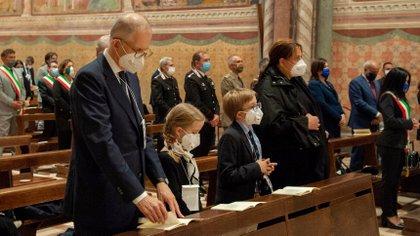 Antonia Salzano y Andrea Acutis junto a sus hijos durante la ceremonia