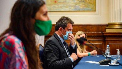 Sergio Massa recibió a las militantes de la campaña por el aborto seguro y gratuito junto a Mónica Macha y Silvia Lospennato (Adrián Escandar)
