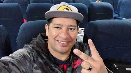 Espinoza, en un vuelo reciente a Uruguay, con la misma campera con la que fue detenido.