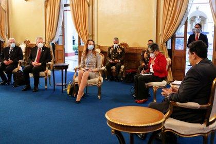 Fotografía cedida por prensa Miraflores que muestra a Nicolás Maduro durante una reunión con la relatora especial de las Naciones Unidas, Alena Douhan, este jueves en Caracas. EFE/PRENSA MIRAFLORES