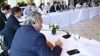 Alberto Fernández, Axel Kicillof y los intendentes del Gran Buenos Aires, en un encuentro anterior