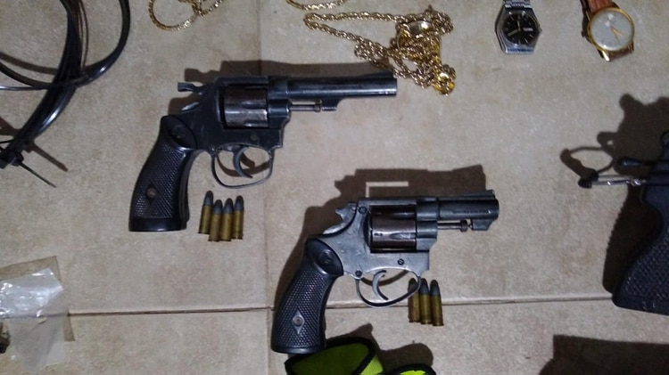 Bang bang: pistolas incautadas a la banda.