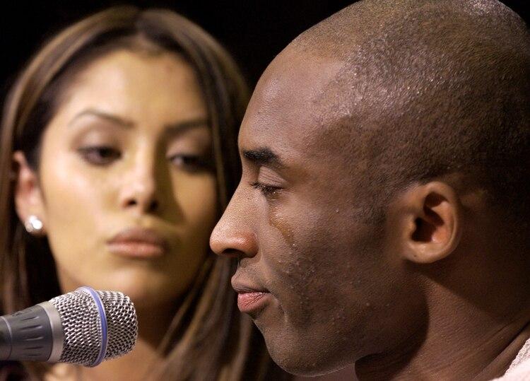 El día que Kobe Bryant dio una conferencia de prensa junto a su esposa Vanessa Laine a raíz de la denuncia de violación en su contra . Reconoció que tuvo sexo con la joven de 19 años en un hotel de Colorado (Reuters)