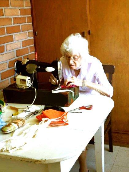 Ilse Buddenberg tiene 89 años y en su casa se puso a coser barbijos para donar al hospital de su pueblo en Misiones
