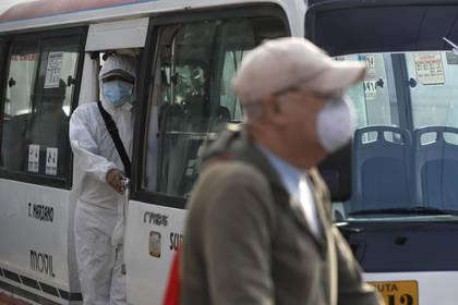 Un cobrador llama a los pasajeros en un paradero de buses este martes en Lima (Perú). EFE/Paolo Aguilar