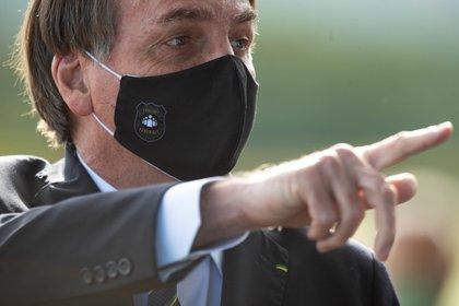 El presidente brasileño Jair Bolsonaro con una máscara