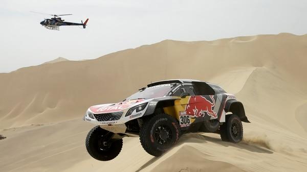 Sebastien Loeb a bordo de su Peugeot durante la primera etapa del Rally Dakar 2018que unió las ciudades peruanas de Lima con Pisco (AP Photo/Ricardo Mazalan)