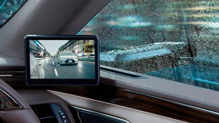 El Lexus ES muestra la imagen de la cámara lateral en una pantalla adicional en el interior