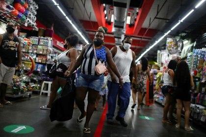 Imagen de archivo de personas con mascarillas haciendo compras en el Mercado de Madureira de Río de Janeiro, Brasil. 17 junio 2020. REUTERS/Pilar Olivares